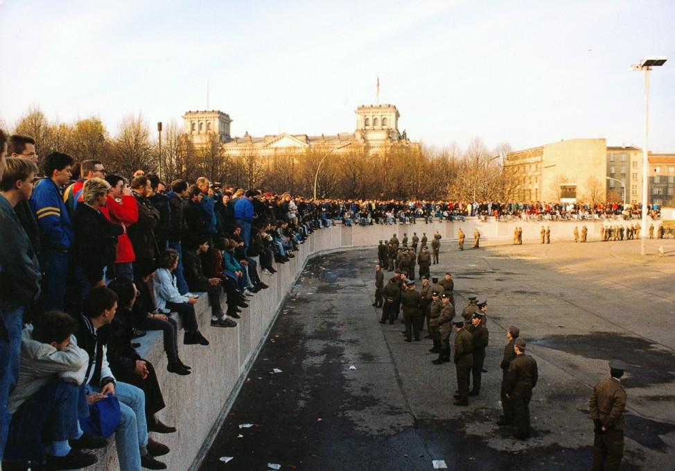 Mauerfall 1989: Volkspolizisten riegeln die Ostseite der Berliner Mauer am Brandenburger Tor ab