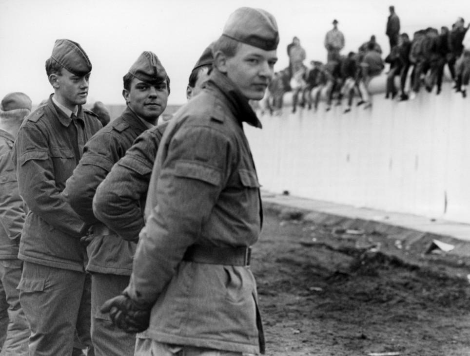 DDR-Grenzsoldaten an der Mauer, 1989