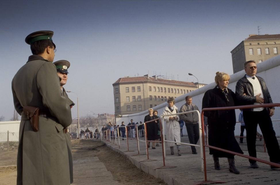 Fall der Berliner Mauer: DDR-Volkspolizisten am neu eröffneten Grenzübergang Bernauer Straße, Berlin
