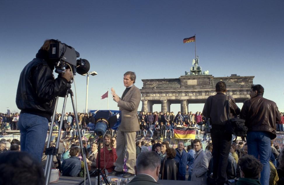 Fall der Berliner Mauer: Fernsehreporter am Brandenburger Tor, Berlin