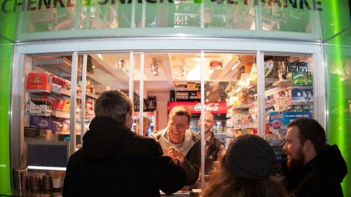 Neuer Kiosk in Schwabing: In München immer noch eine Nachricht: An der Münchner Freiheit hat ein 23-Stunden-Kiosk eröffnet.