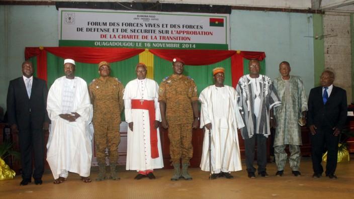 Burkina Faso: Oppositionsführer, Militärführer und Vertreter der Kirche bei der Unterzeichung der Übergangscharta in Burkina Faso.