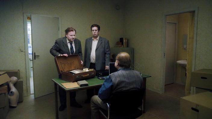 """Jonathan (Holger Andersson, links) und Sam (Nils Westblom) in einer Szene von Roy Anderssons """"Eine Taube sitzt auf einem Zweig und denkt über das Leben nach""""."""