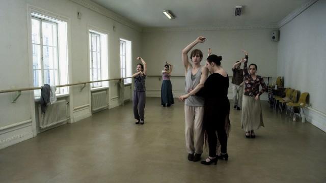 """Eine Flamenco-Lehrerin (Lotti Törnros) und ihr Schüler (Oscar Salomonsson) in einer Episode von """"Eine Taube sitzt auf einem Zweig und denkt über das Leben nach"""" von Roy Andersson"""