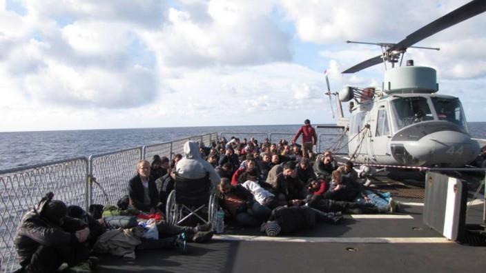 Debatte um EU-Flüchtlingspolitik: Rettungsaktion von Flüchtlingen vor der Küste Siziliens: Menschenrechtler kritisieren, dass die EU-Mission namens Triton vor allem der Grenzsicherung diene und nicht der Seenotrettung.