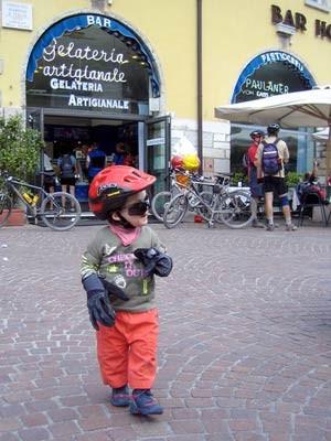 Mountainbiken mit Kind auf der alten Ponale-Straße oberhalb des Gardasees, Obermeier