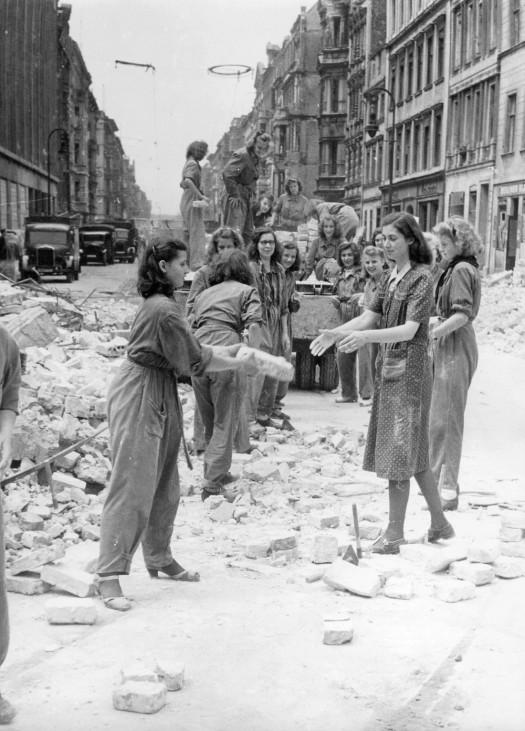 Frauen beseitigen Trümmer in Berlin, 1944