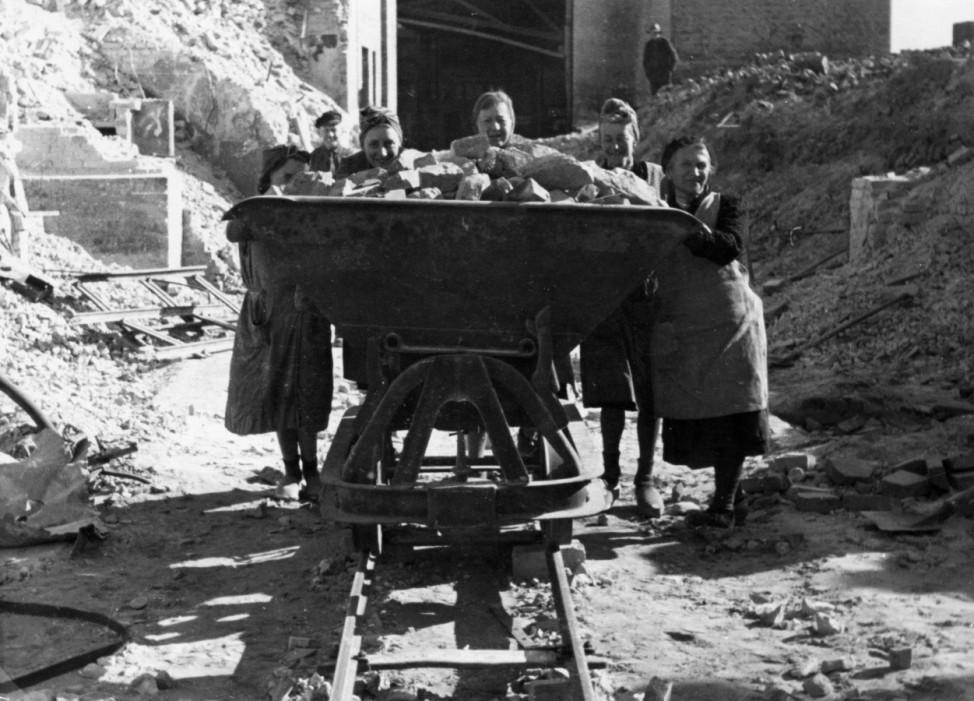 Trümmerfrauen in Berlin, 1946