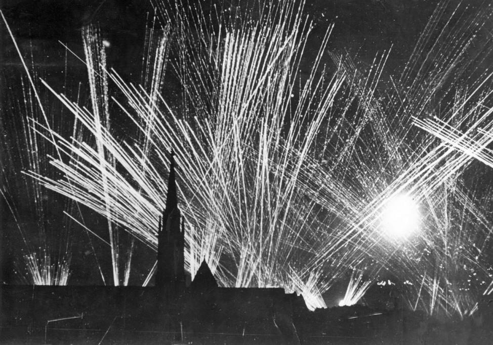 Abwehrfeuer über einer deutschen Stadt, 1940