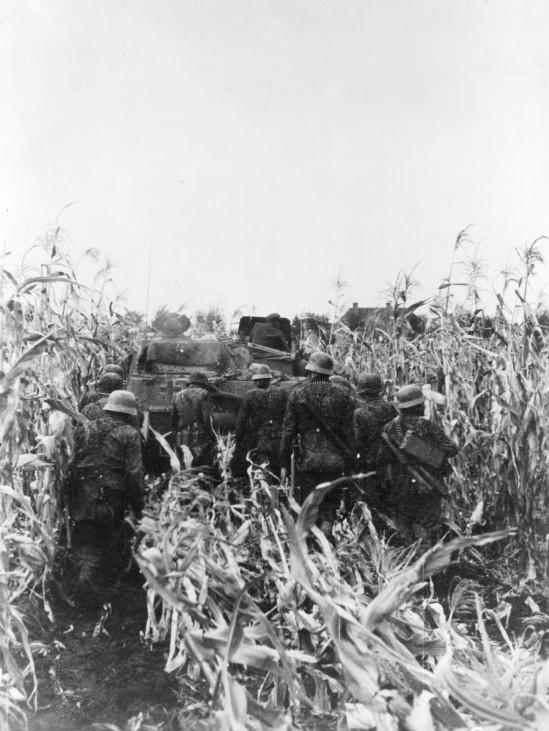 SS-Soldaten gehen gegen sowjetische Stellungen in Ungarn vor, 1944