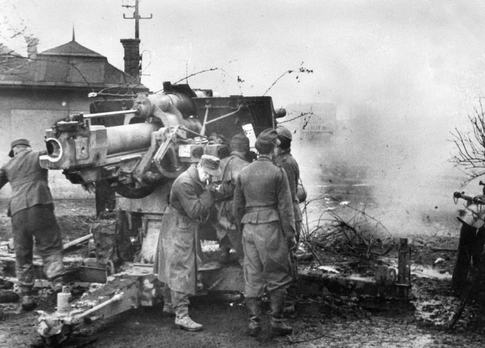 Deutsche 8,8 cm Flak beim Erdzielbeschuß in Ungarn, 1944