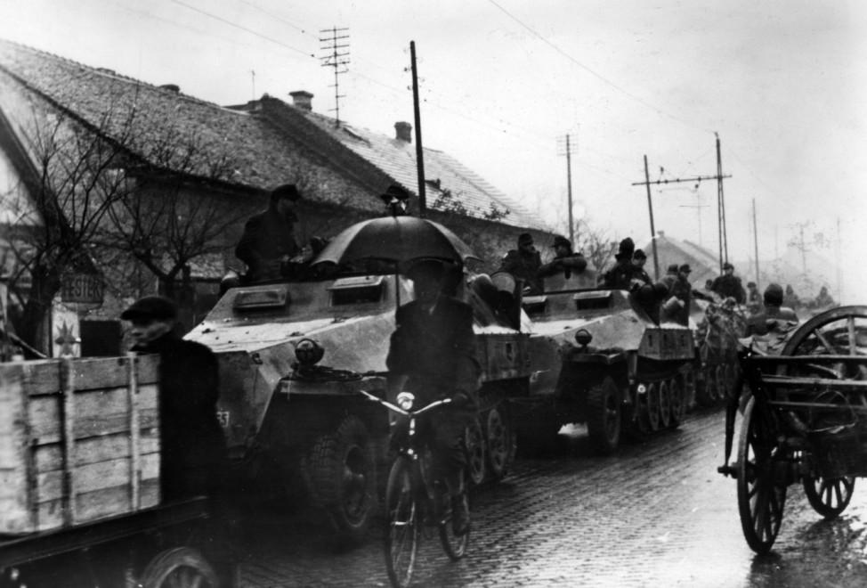 Deutsche Schützenpanzer in einem Vorort von Budapest, 1944