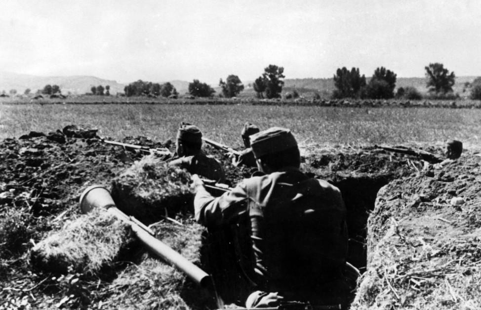 Ungarische Soldaten in einem Schützengraben, 1944