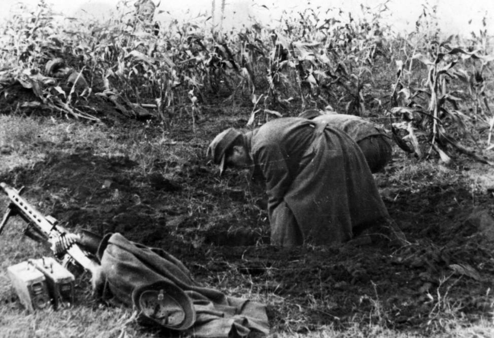 Deutsche Mg-Schützen beim Stellungsbau in Ungarn, 1944