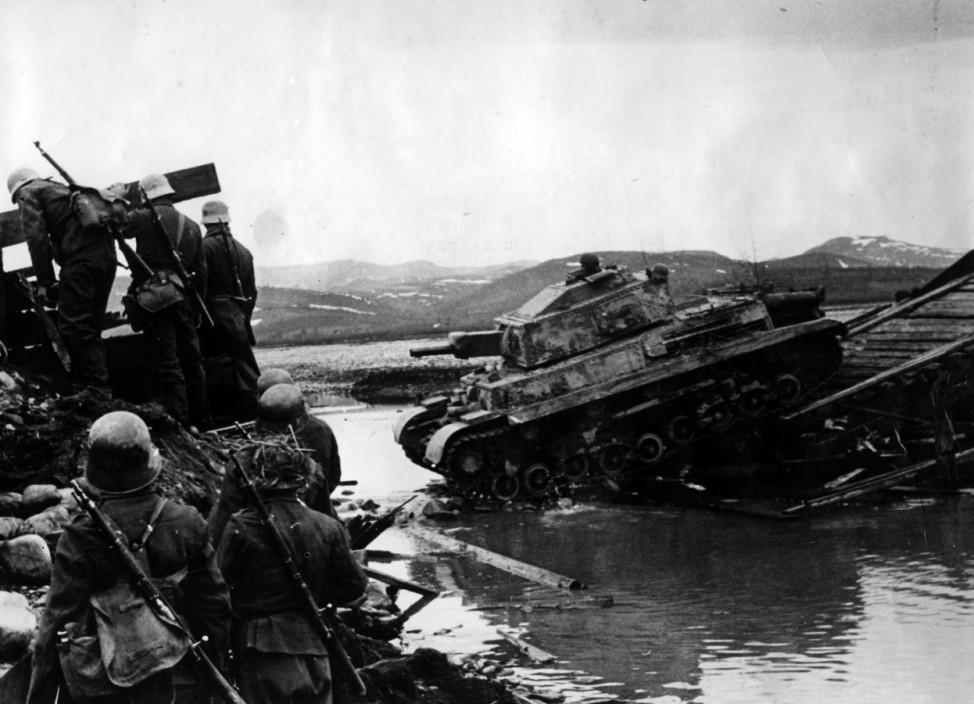 Ungarische Truppen bei der Überquerung eines Flusses, 1944