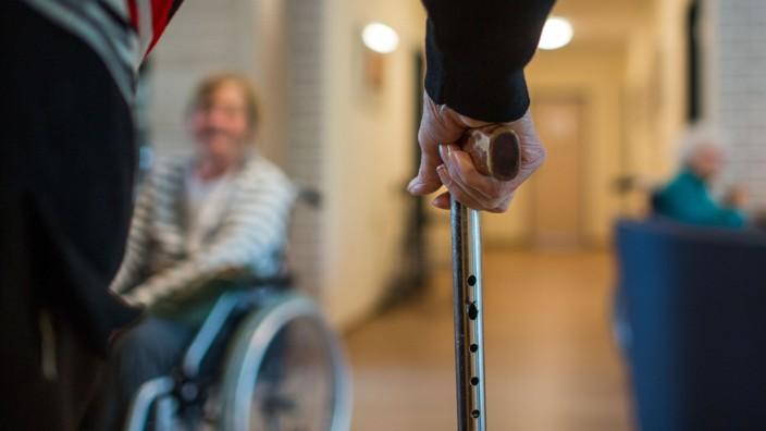 Rettungssanitäter und Callboy bestiehlt Senioren