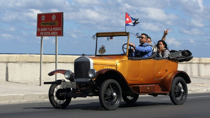 Raul Castro announces Cuba and USA have agreed the 'reestablish o