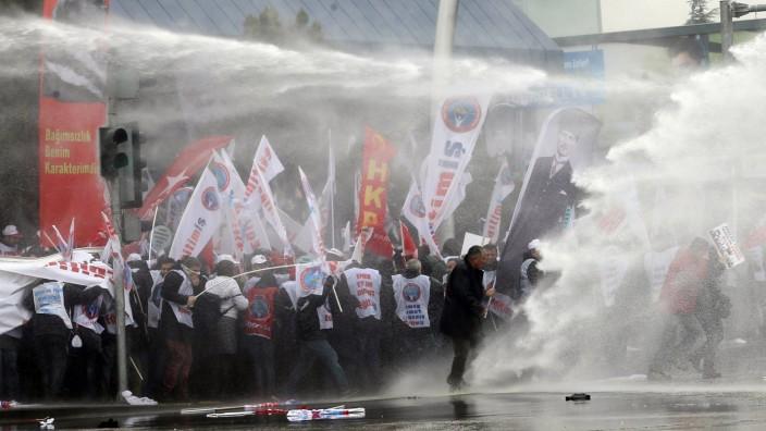 Polizei löst Lehrer-Demo in Ankara auf