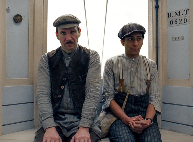 "Ralph Fiennes (links) und Tony Revolori in ""The Grand Budapest Hotel""."