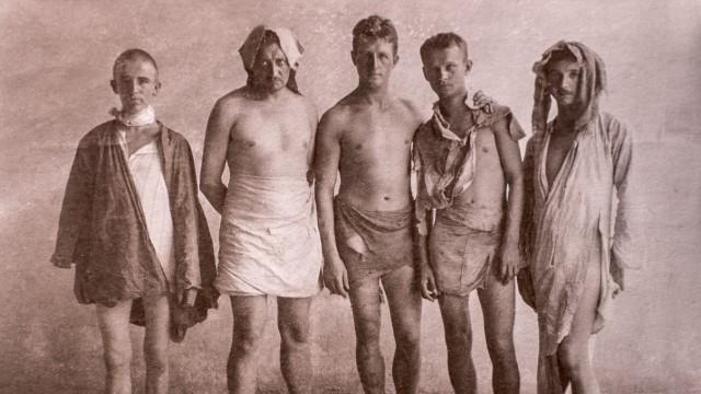 Erster Weltkrieg im Nahen Osten: Hans Lührs (Mitte) und seine Männer nach dem viertägigen Marsch durch die Wüste - ausgeraubt bis auf wenige Lumpen.