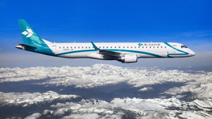 Air Dolomiti Embraer ERJ 195LR im Flug über verschneiten Bergen Dolomiten Italien Europa iblmmx03