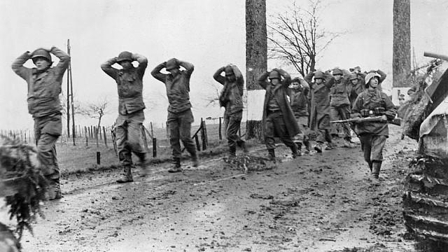Deutscher Soldat bringt gefangene US-Soldaten nach hinten, 1945