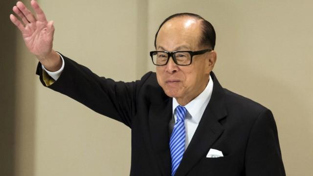 Hong Kong tycoon Li Ka-shing waves after a news conference in Hong Kong