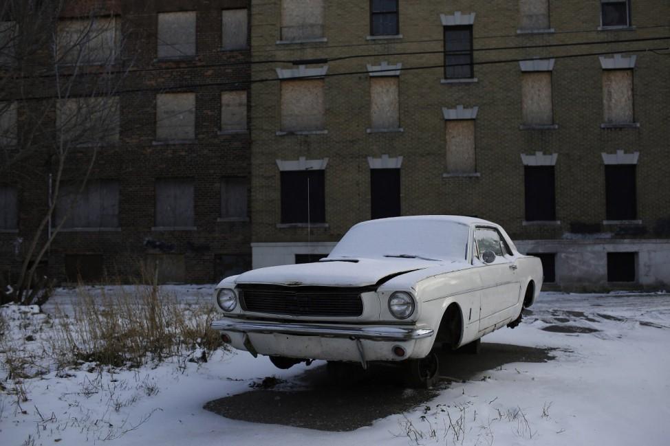 Ein Ford Mustang vor einem verlassenden Apartment-Komplex in Detroit
