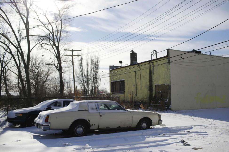 Ein Oldsmobile Delta 88 hinter einem Gebäude in Detroit