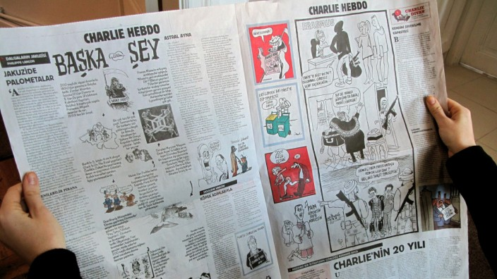 Türkische Zeitung Cumhuriyet  mit Charlie-Hebdo-Beilage