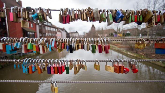 Liebesschlösser an Brücke