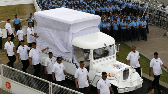 Pope visits Philippines