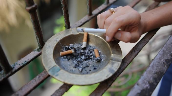 Zigaretten auf dem Balkon: Amtsrichter werden künftig nicht nur Balkonprozesse anberaumen, sondern mit den zerstrittenen Nachbarn eine Zeittafel für Rauchverbote auf dem Balkon ausarbeiten müssen.