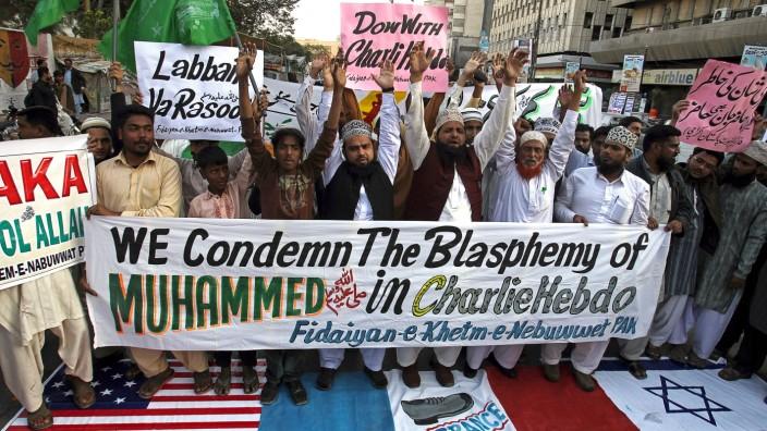 Bestrafung von Gotteslästerung: In mehreren Ländern gingen Muslime auf die Straße, um gegen die Mohammed-Karikaturen in Charlie Hebdo zu protestieren. Im Niger kam es zu Ausschreitungen. (im Bild eine Menschenmenge in der pakistanischen Stadt Karatschi)