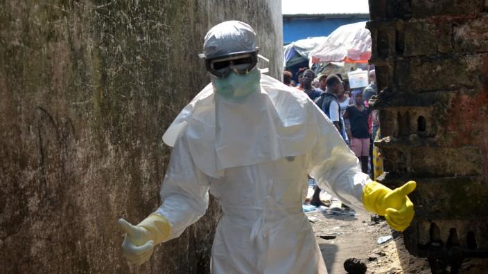 Test von Ebola-Impfstoffen: Ein Rot-Kreuz-Mitarbeiter in Liberia: Hier beginnt die größte Testreihe mit Ebola-Impfstoffen.