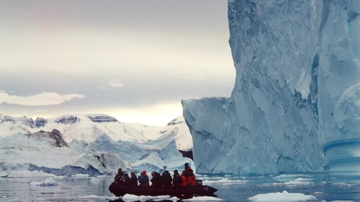Grönland - Touristengruppe vor Eisberg