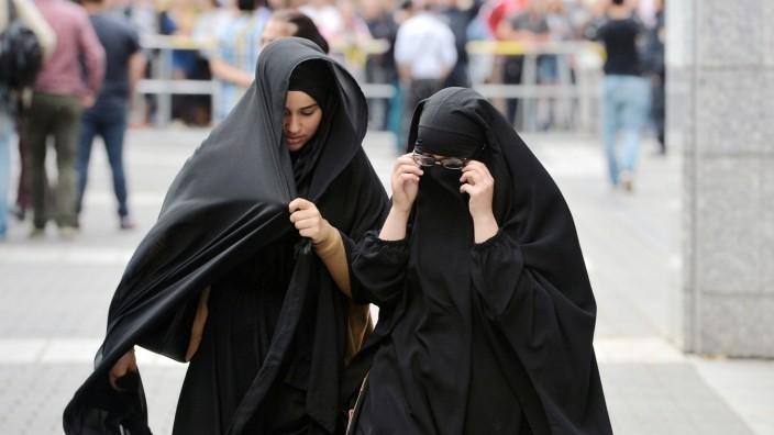 Verschleierte Muslimas gehen zu einer Kundgebung mit dem Salafistenprediger Pierre Vogel am Samstag
