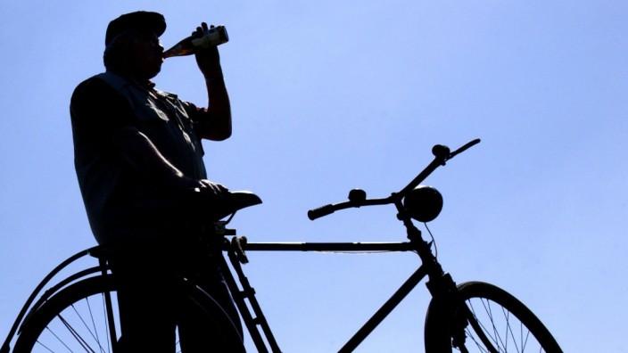 Radfahrer trinkt Bier