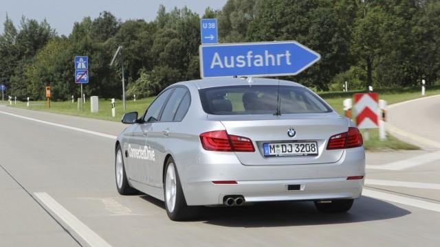 Autonomes Fahren: BMW 5er auf der Autobahn
