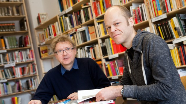 Marcus Buschmüller (blauer Pulli, Vorsitzender) und Robert Andreasch (Rechercheur) vom Anti-Nazi-Archiv aida am Feierwerkgelände