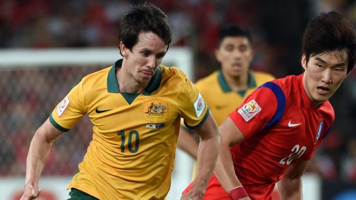Bayer Leverkusen: Bayer Leverkusens australischer Nationalspieler Robbie Kruse (li.) wird die Rückrunde wohl vorzeitig beenden müssen.
