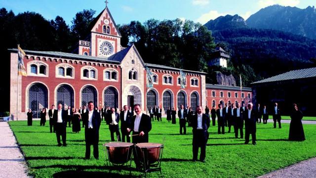 Konzertsäle in Bayern: Konzertieren in Alpenpanorama: Die Reichenhaller Philharmoniker vor der alten Saline.