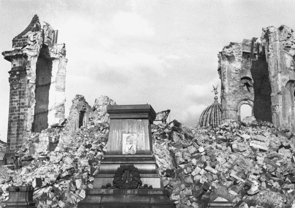 Zerstörte Frauenkirche in Dresden nach Luftangriffen, 1945