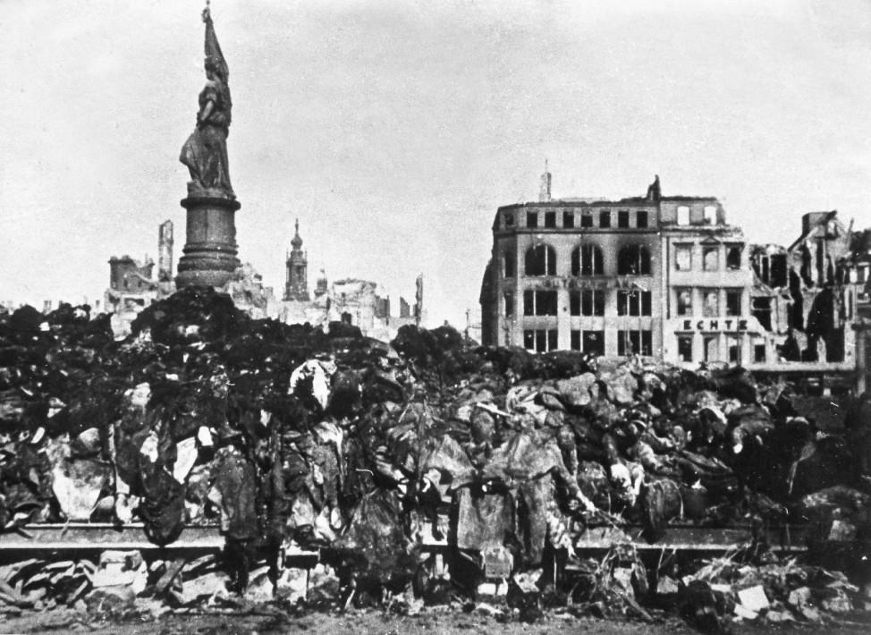 Leichenverbrennung nach Luftangriffen auf Dresden, 1945