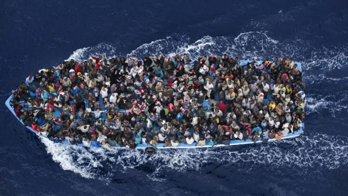 Asylpolitik: Kein Einzelfall: Auf solch überfüllten Booten versuchen Flüchtlinge, das Mittelmeer zu überqueren.