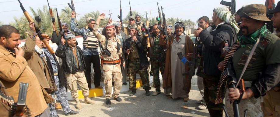 Sunnitische Stammeskrieger nach einem Sieg über Kämpfer des IS
