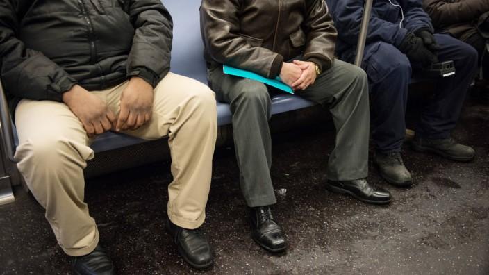 Breitbeinige Männer in der New Yorker U-Bahn