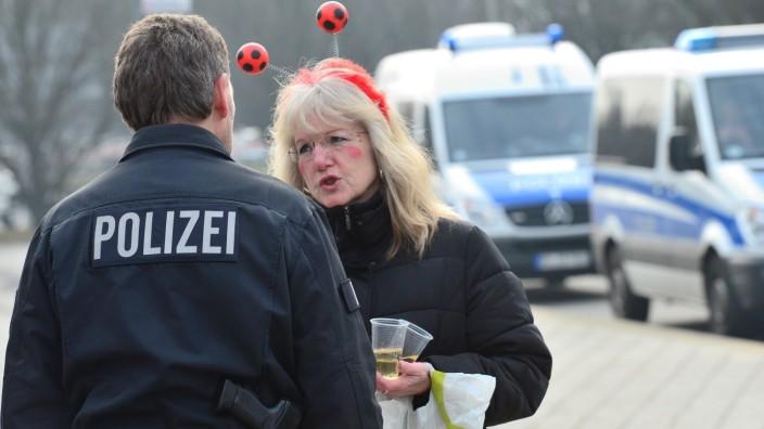 """Braunschweig: Nach """"konkreter Terrorgefährdung"""": Besorgte und enttäuschte Karnevalisten in Braunschweig."""