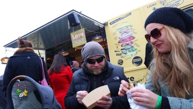 Streetfood: Hippe Imbissbuden wie der gelbe King-of-Sandwich-Food-Truck wechseln sich mit lokalen Anbietern wie der Metzgerei Bauch ab.