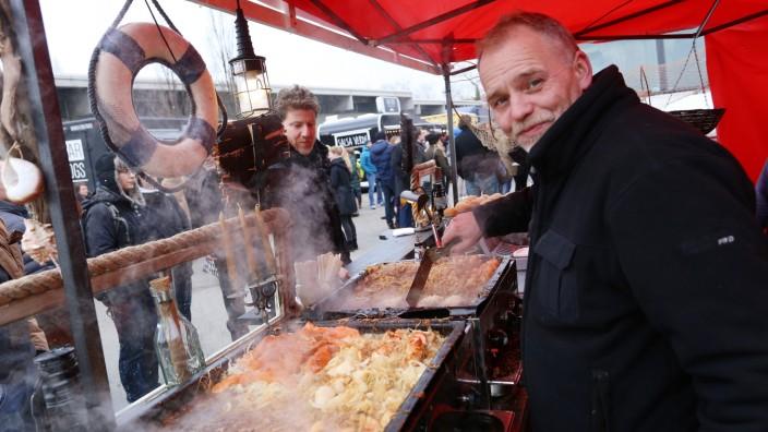 """Streetfood: Beim """"Munich food lovers market"""" in und vor der Blumengroßmarkthalle haben die Imbissverkäufer ein breites kulinarisches Angebot serviert."""